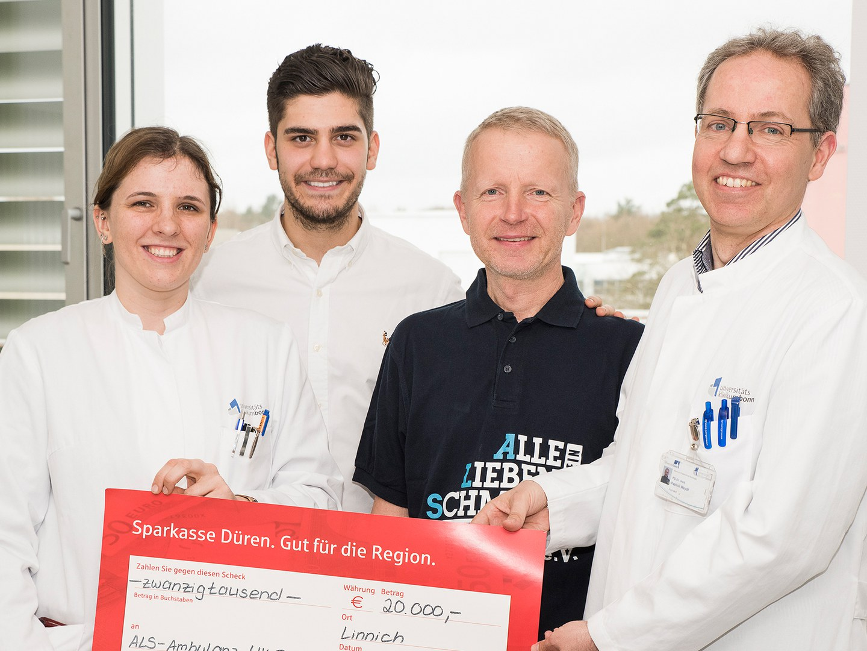 """Mit 20.000 Euro unterstützt der Verein """"Alle-Lieben-Schmidt"""" die Versorgung von ALS-Patienten am Uni-Klinikum Bonn:"""