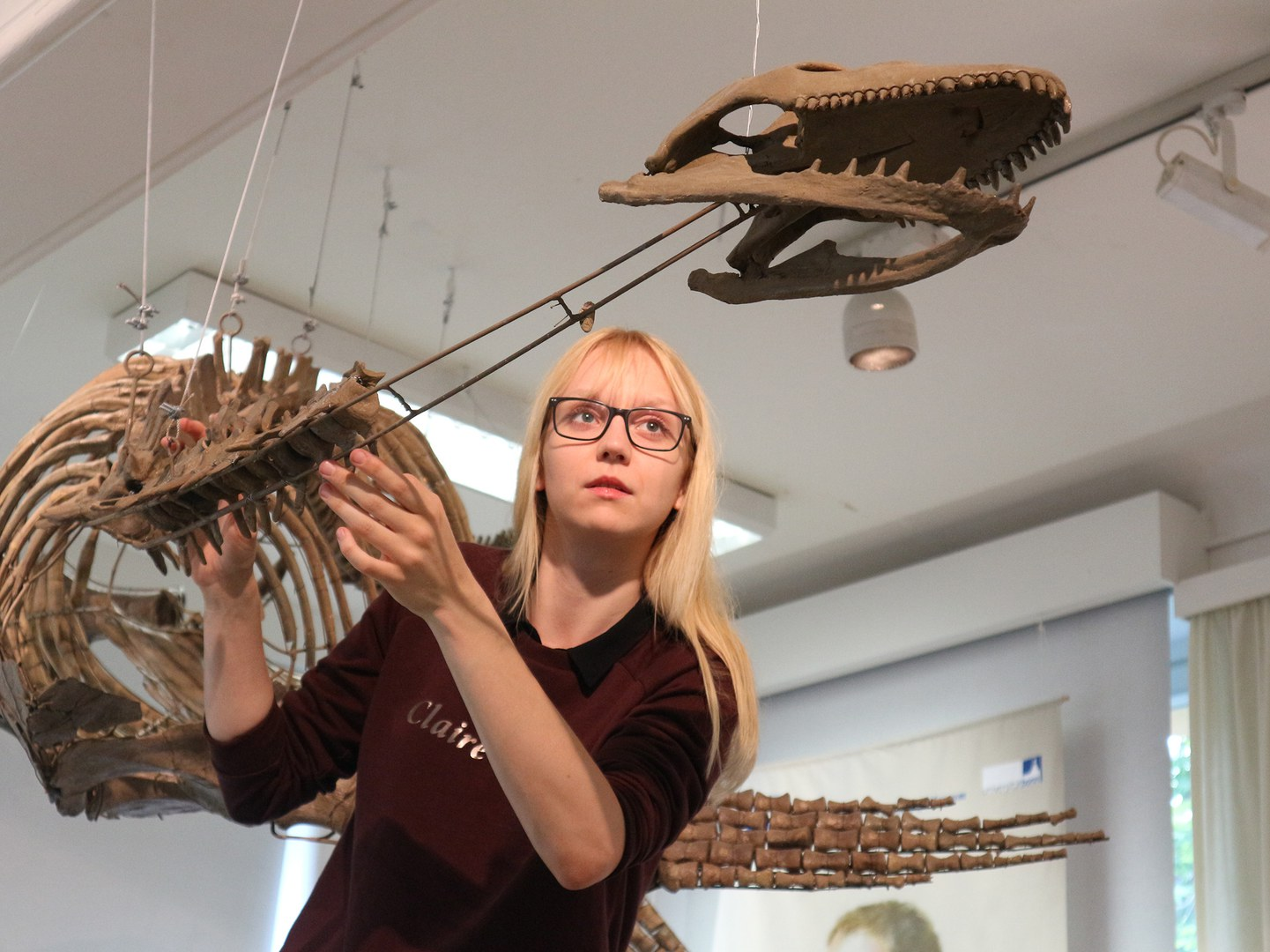 Corinna Fleischle mit dem Fossil eines Plesiosauriers