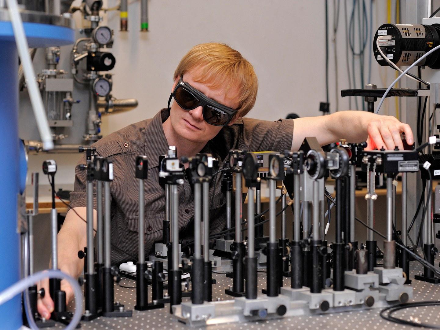 Im Laborexperiment wird die Übertragung von Quanten-information kontrolliert.