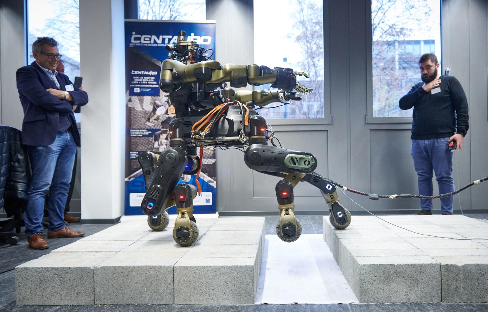 Roboter Centauro überwindet einen Graben:
