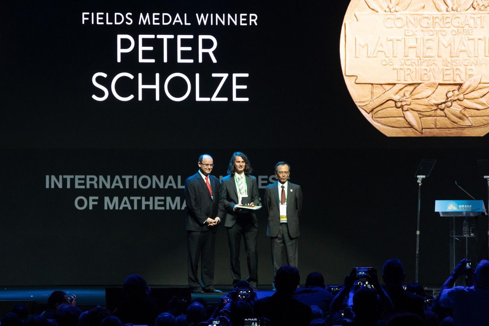 Jetzt ist es wahr: Peter Scholze hat die Fields-Medaille erhalten.