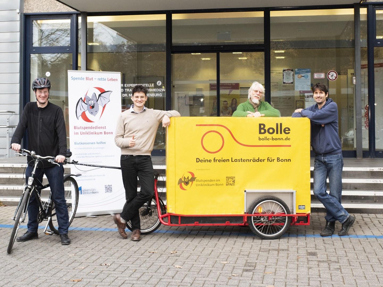 Bolle Team freut sich über neue Abdeckplane: