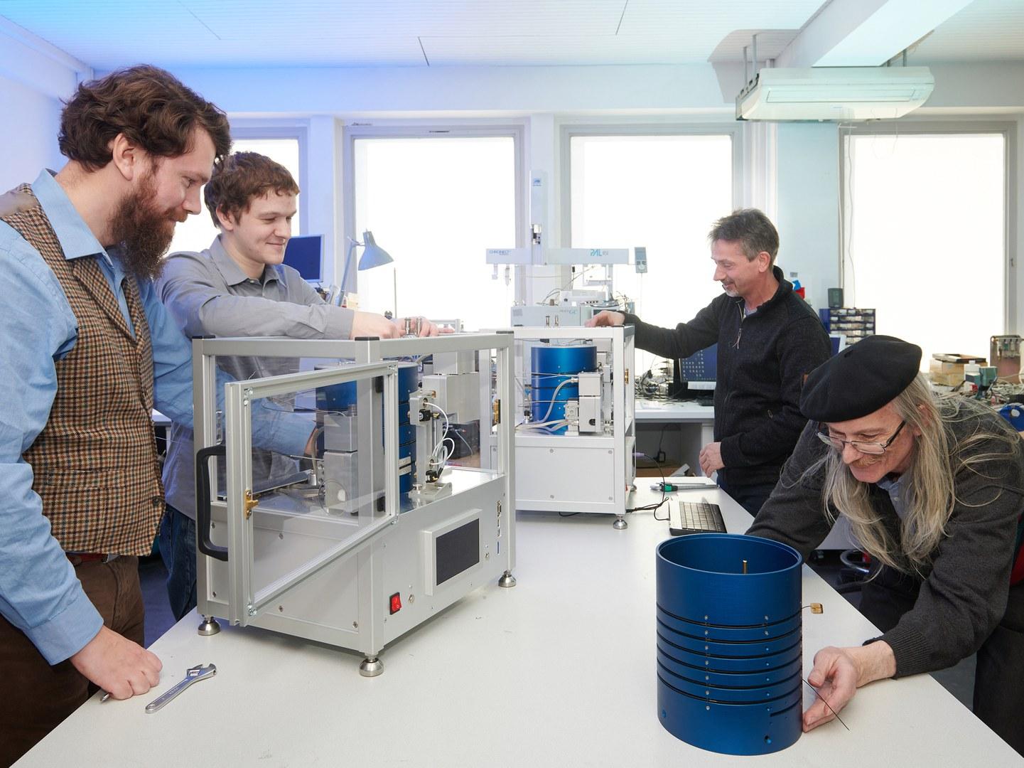 Am Vorseriengerät des neuartigen Gaschromatographen (von links):