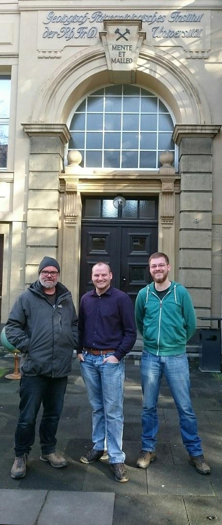 Vor dem historischen Geologisch-Paläontologischen Institut der Universität Bonn (von links):