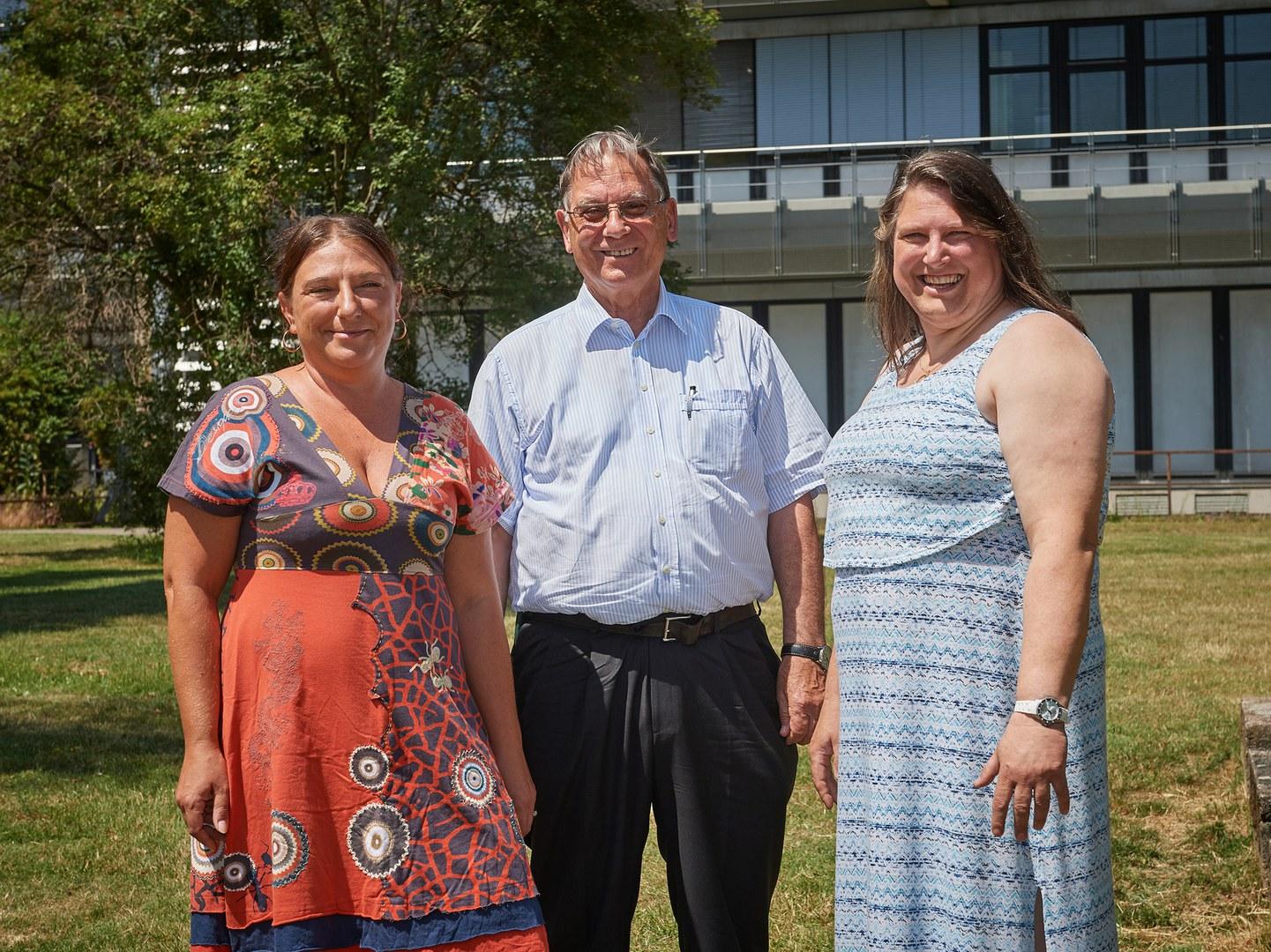 Das Team vor den Chemischen Instituten der Universität Bonn: