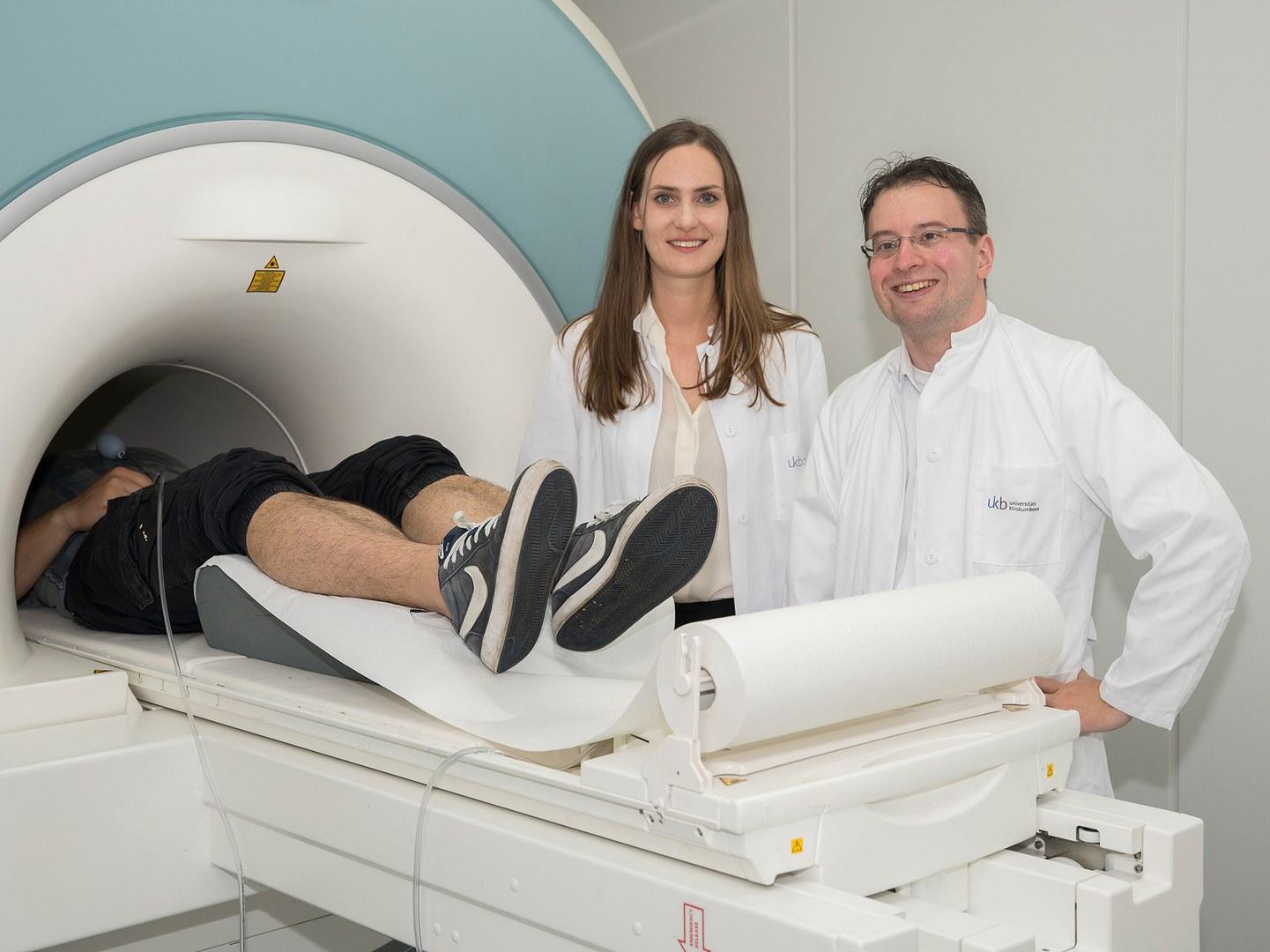 Der funktionelle Magnetresonanztomograph zeichnet die Aktivität der Gehirnareale auf (von links):