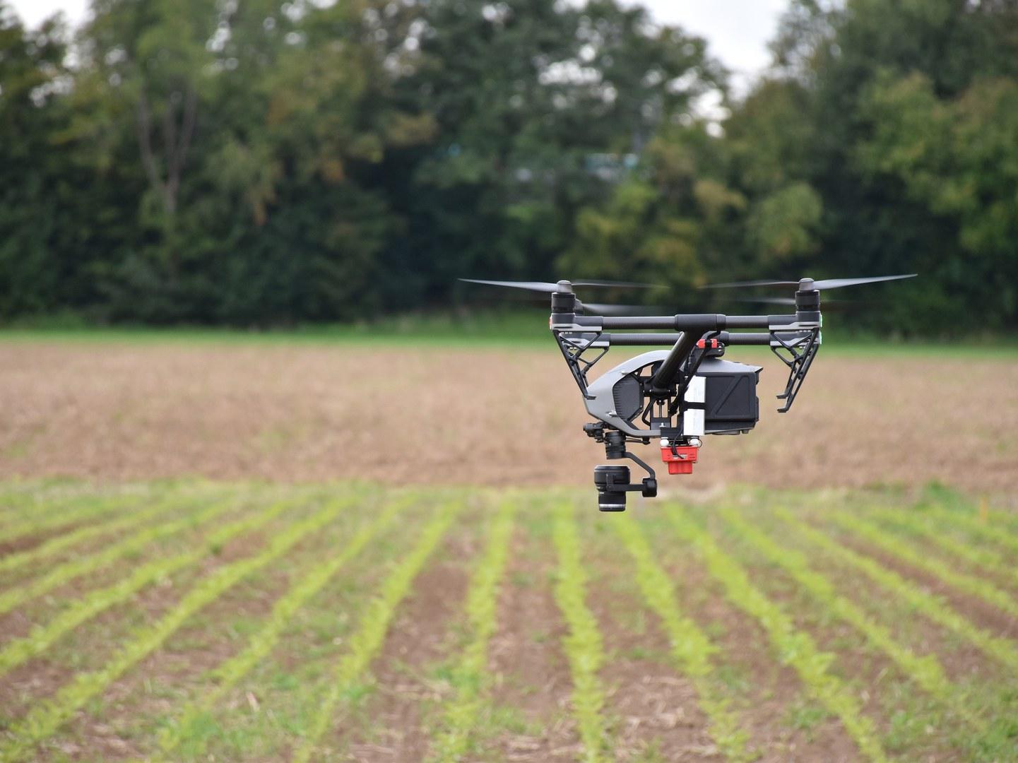 An der Drohne ist eine Kamera befestigt,