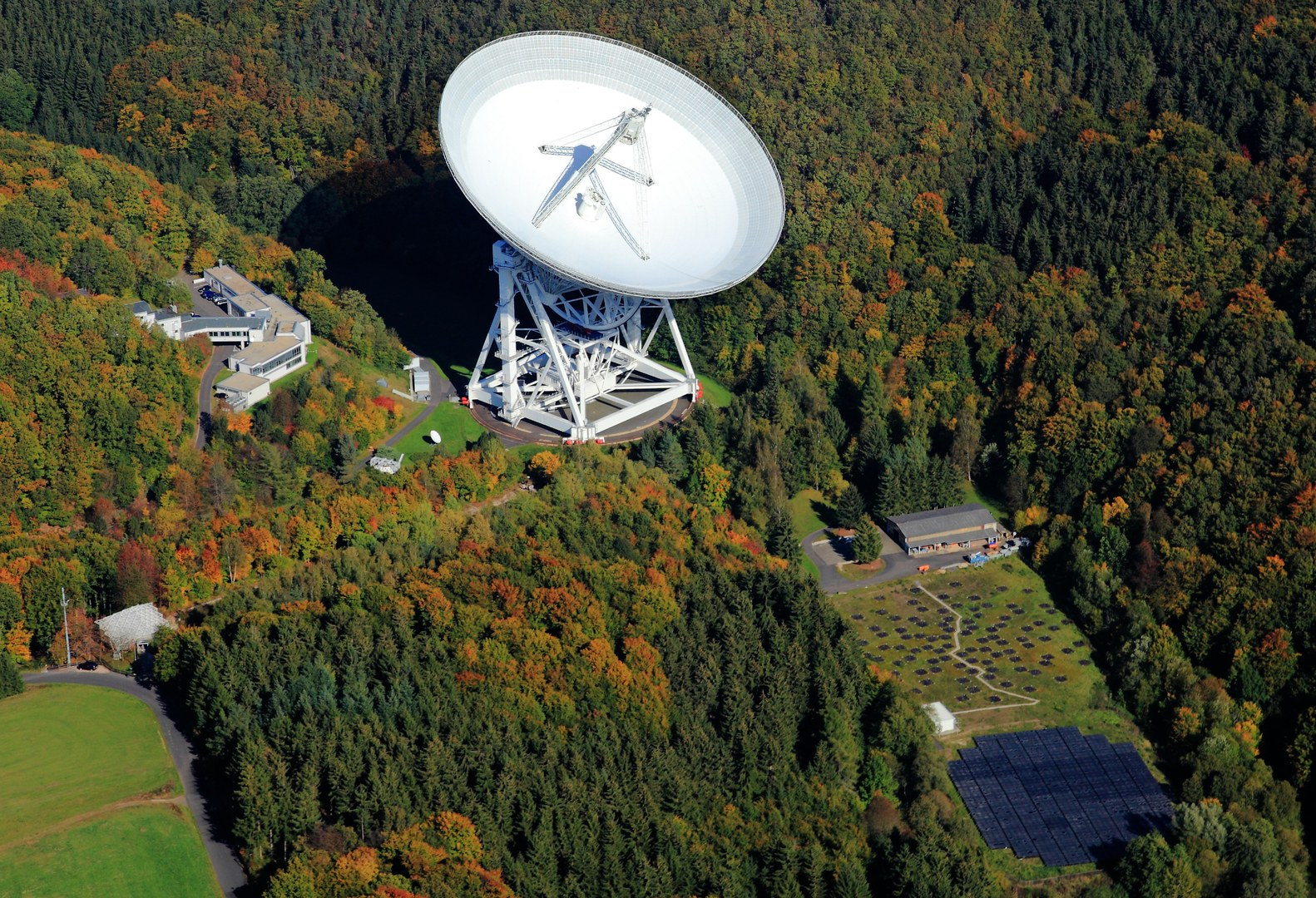 The aerial view shows the Effelsberg radio observatory