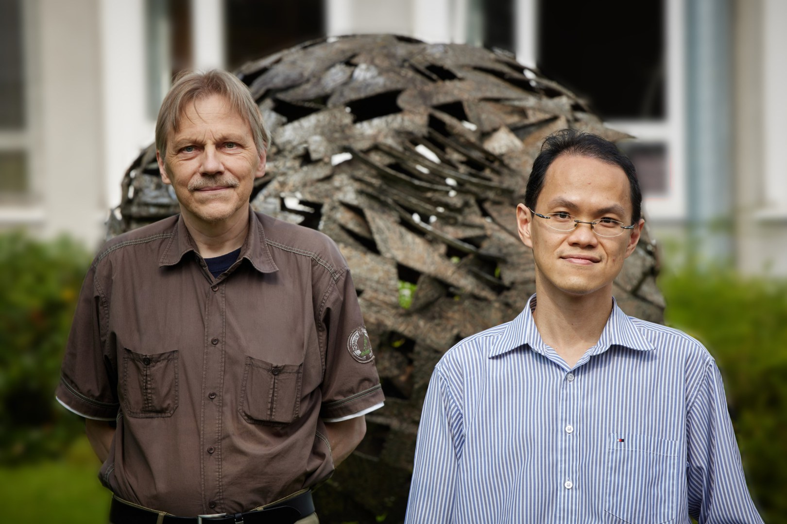 Prof. Dr. Ulf-G. Meißner (left) and Dr. Chien Yeah Seng (right)